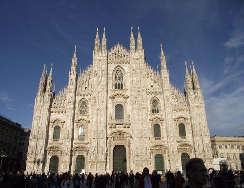 Fa irruzione in Duomo e fa inginocchiare vigilante con minaccia di un coltello
