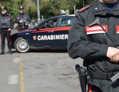 Minaccia di gettare i tre figli dalla finestra: arrestato