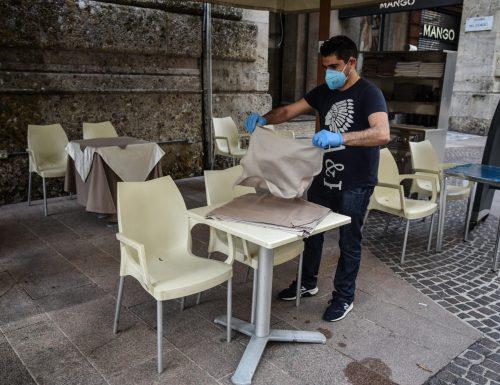 Rimprovera clienti senza mascherina e gli devastano il locale