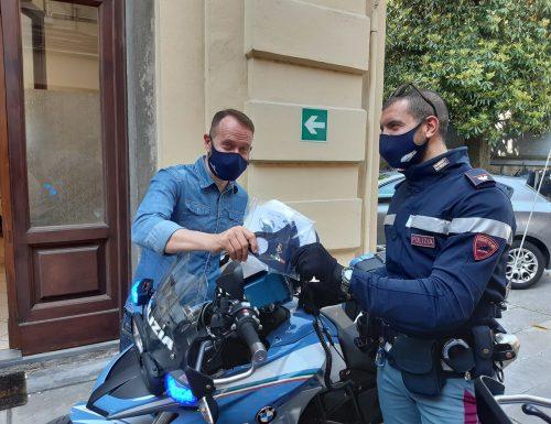 Calzaturificio dona mascherine con il logo della Polizia alla Questura