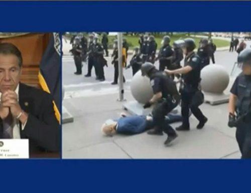 Anziano spinto dai poliziotti. Per Trump è una sceneggiata