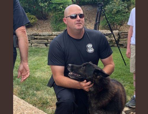 Usa: l'ultimo saluto degli agenti al cane poliziotto malato