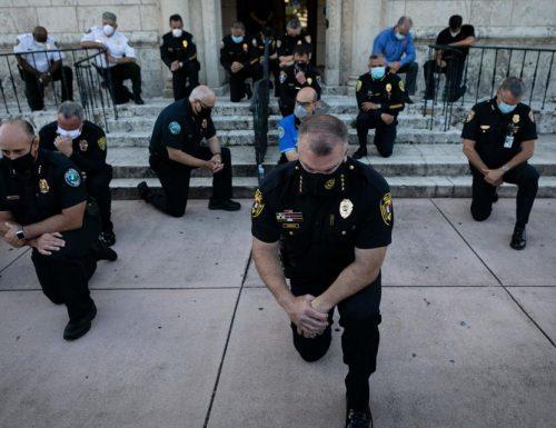 I poliziotti americani dalla parte dei manifestanti