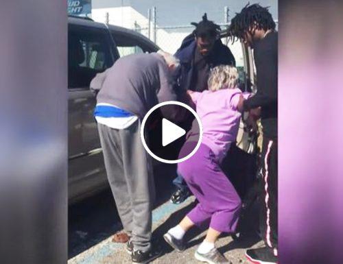 Poliziotta filma 3 ragazzi che aiutano anziana a salire nella sua auto | video