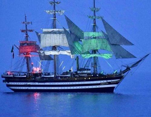 L'Amerigo Vespucci a Genova si illumina di tricolore
