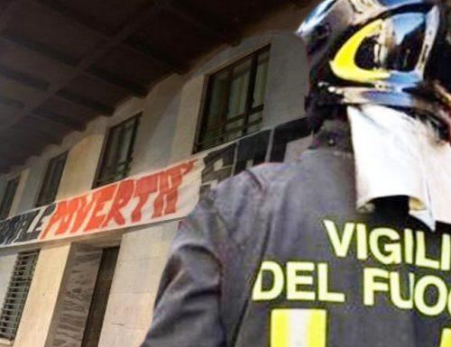 """Striscioni 'antifa' sotto sede Inps, i vigili del fuoco si rifiutano di rimuoverli: """"Non è nostro compito"""""""