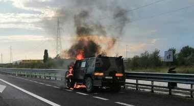 Paura in A4, Lince dell'Esercito in fiamme. Militari in salvo