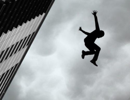 Muore a venti anni mentre fa parkour: trovato senza vita sul tetto di un treno