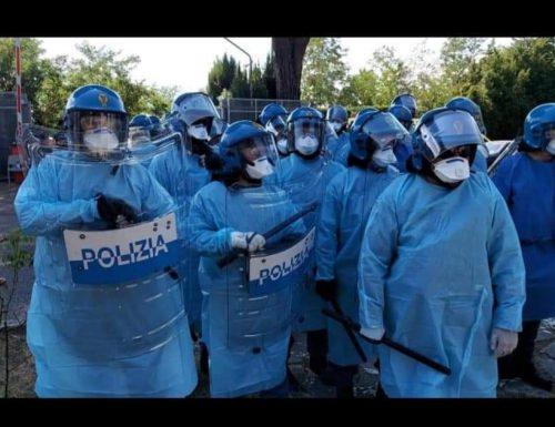 """Poliziotti costretti a lavorare in """"camici"""" anti-covid"""