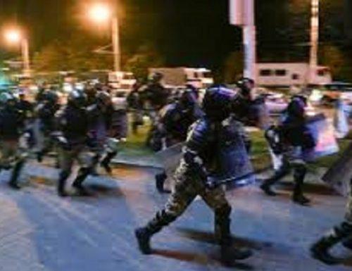 Proteste in Bielorussia polizia autorizzata a usare armi letali
