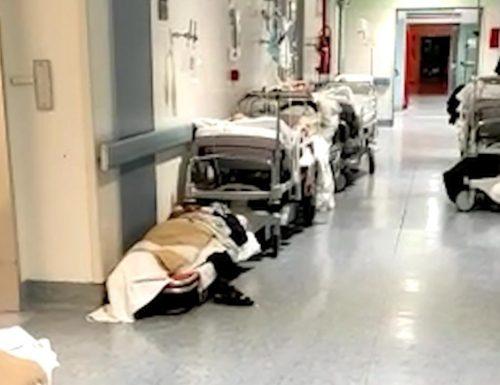 Ospedale allo stremo. Pazienti stesi per terra