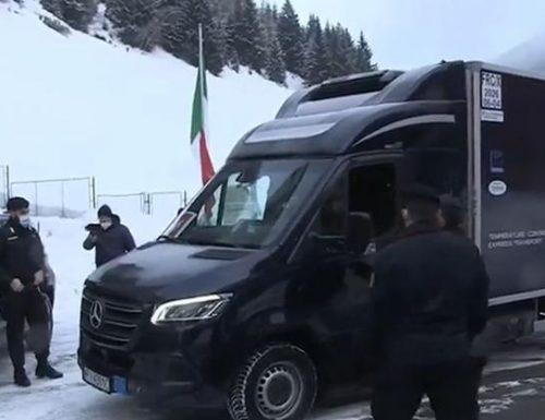 Covid furgone con prime dosi vaccino in Italia